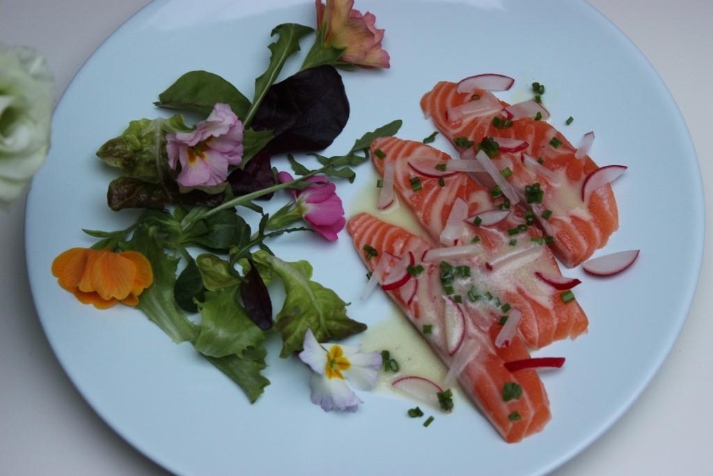 Lachs-Sashimi mit Radieschen-Schnittlauch-Marinade