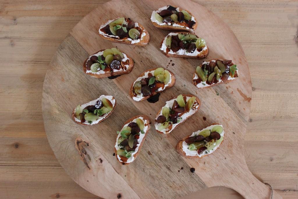 Ziegenfrischkäse-Trauben-Crostini