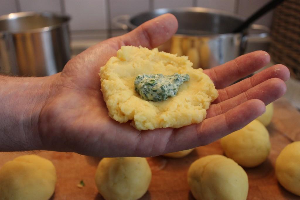 Gefüllte Bärlauch-Kartoffelknödel mit Gorgonzolasauce