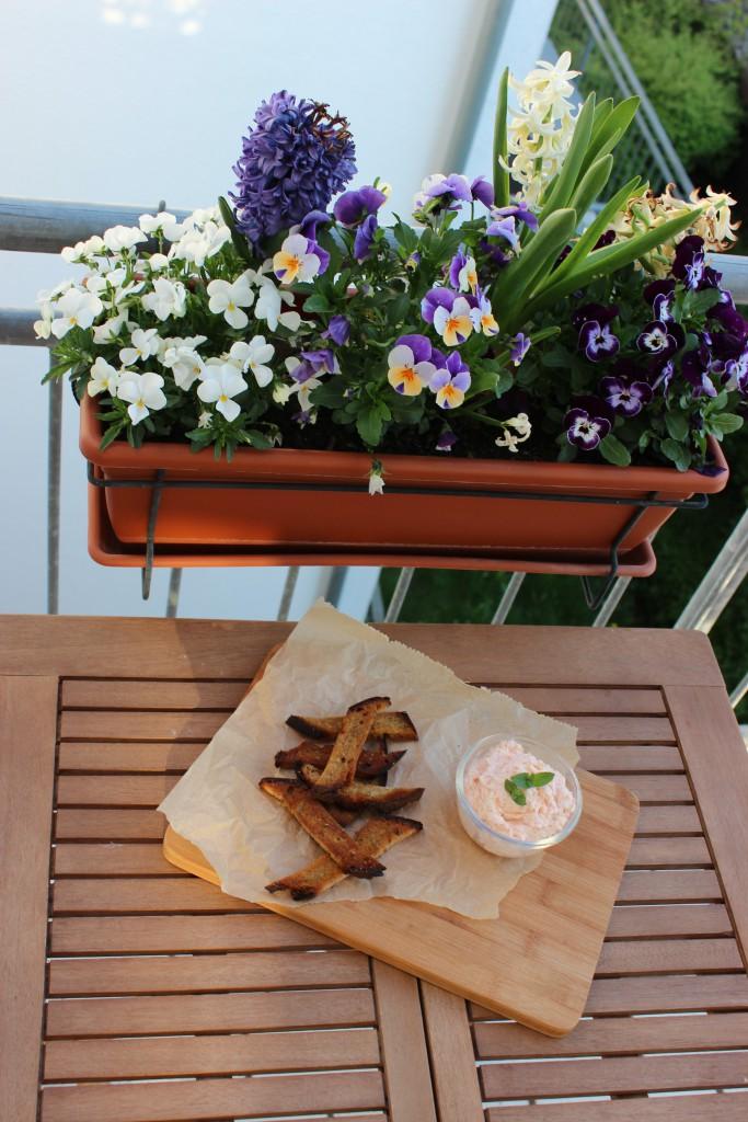Crunchy Brotsticks mit Lachs-Frischkäse-Dip