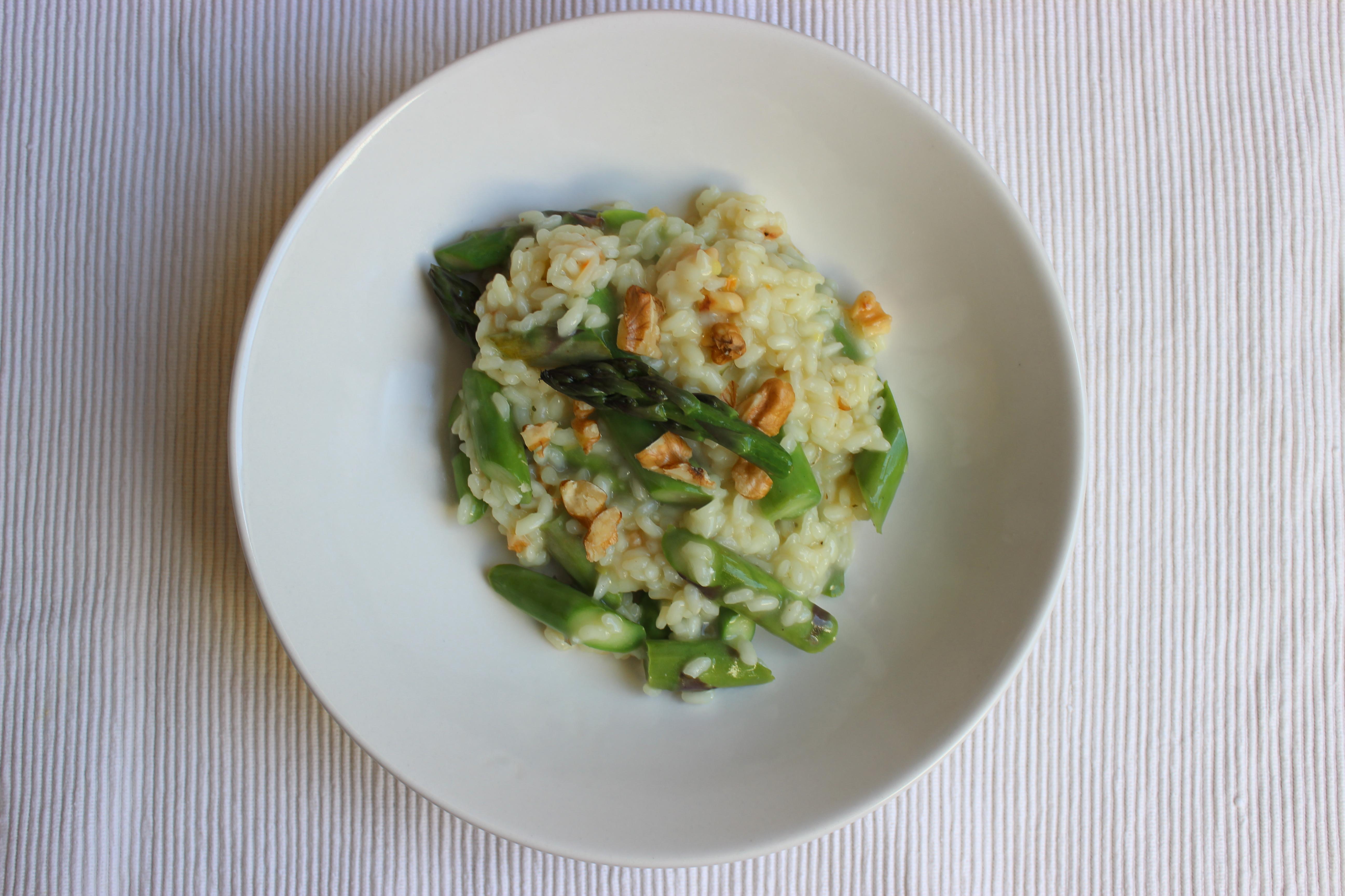 Grünes Spargelrisotto mit Walnüssen