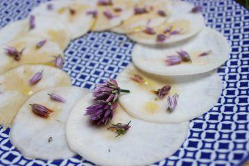 Mairübchen-Carpaccio mit Schnittlauchblüten-Vinaigrette