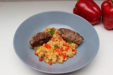 Hackfleischröllchen mit Paprika-Bulgur