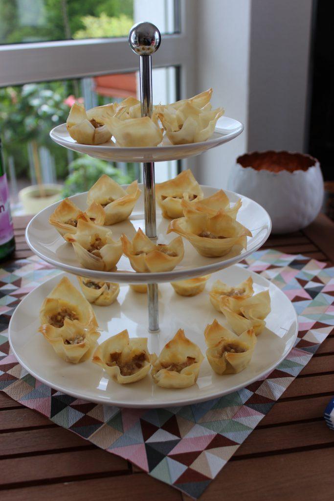 Knusper-Filoteigtörtchen mit Gorgonzola, Birne und Walnuss