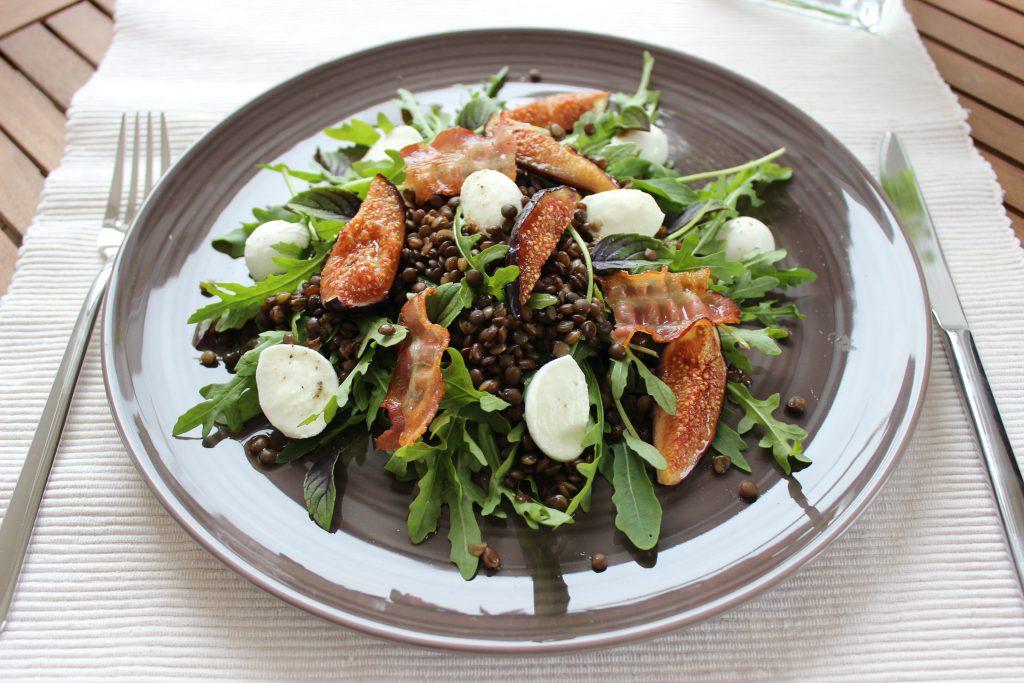 Rucola-Linsensalat mit Büffelmozzarella, krossem Speck und karamellisierten Feigen