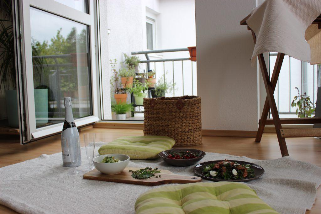 Lauwarmer Pellkartoffel-Salat mit Kräuter-Joghurt-Dressing und Radieschen