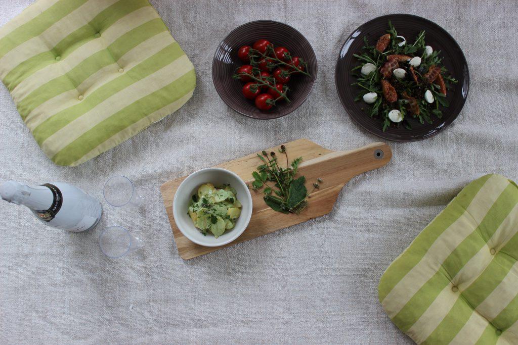 Lauwarmer Pellkartoffel-Salat mit Kräuter-Joghurt-Dressung und Radieschen