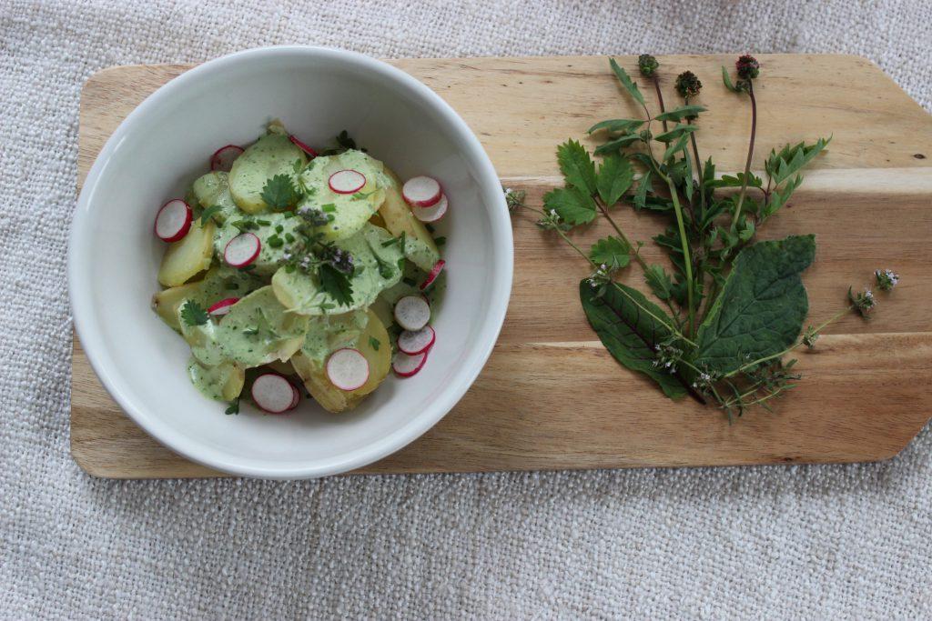 Lauwarmer Pellkartoffelsalat mit Kräuter-Joghurt-Dressing und Radieschen