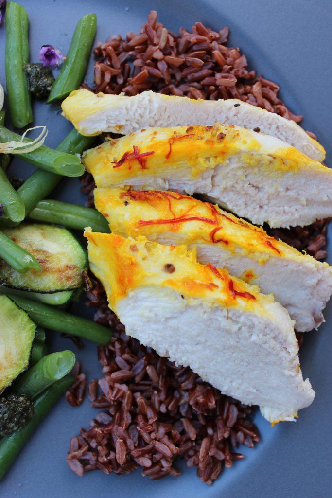 Safran-Zitronen-Hühnchen mit Zucchini-Bohnen-Gemüse und Sonnenblumenkern-Pesto