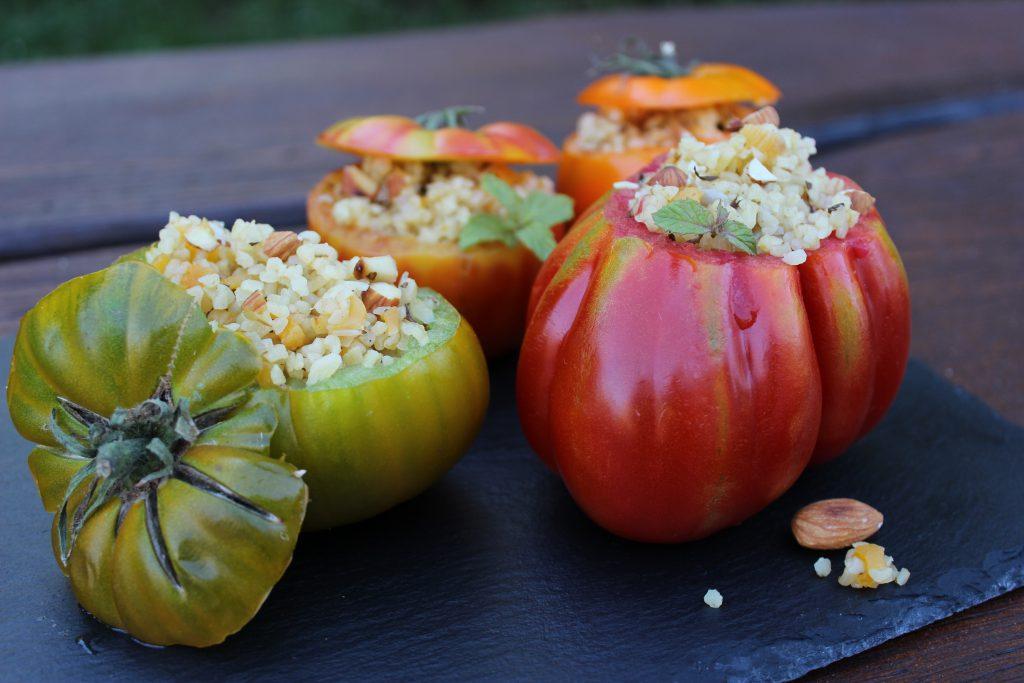 Gefüllte Tomate mit Zimt-Bulgur