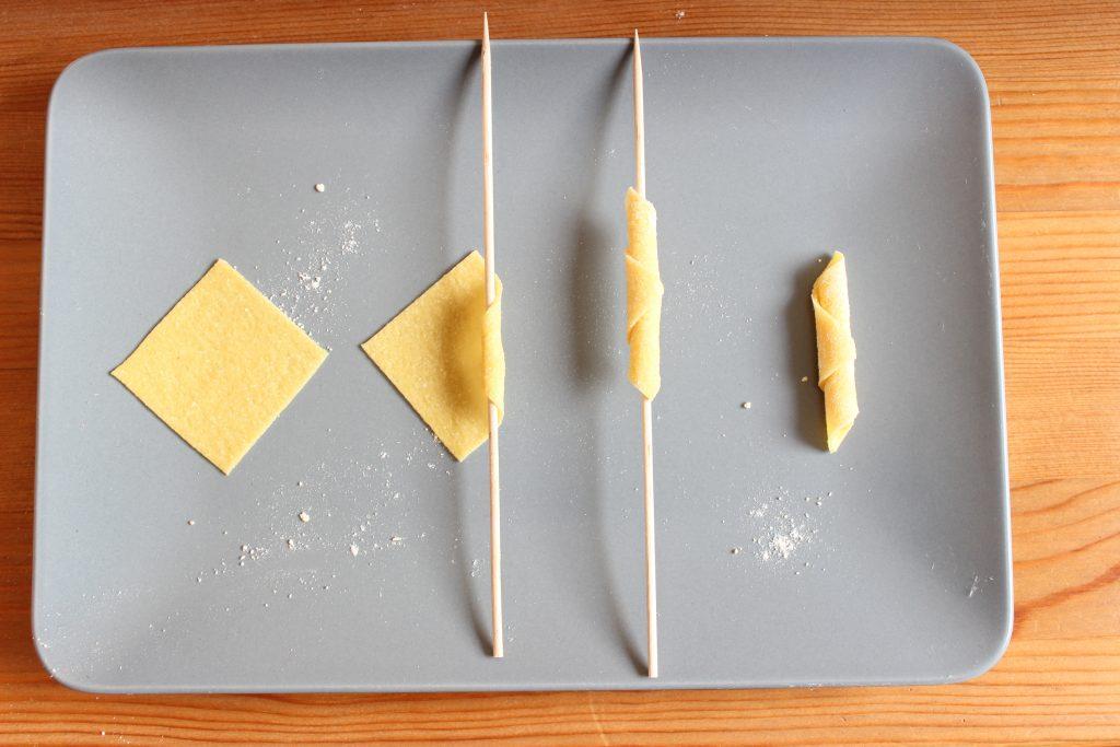 Handgerollte Pasta mit Lauch und Trauben