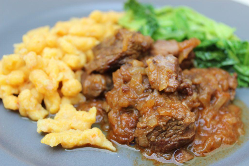 Gulasch aus der Rinderwade mit Kürbis-Knöpfle und Wirsinggemüse