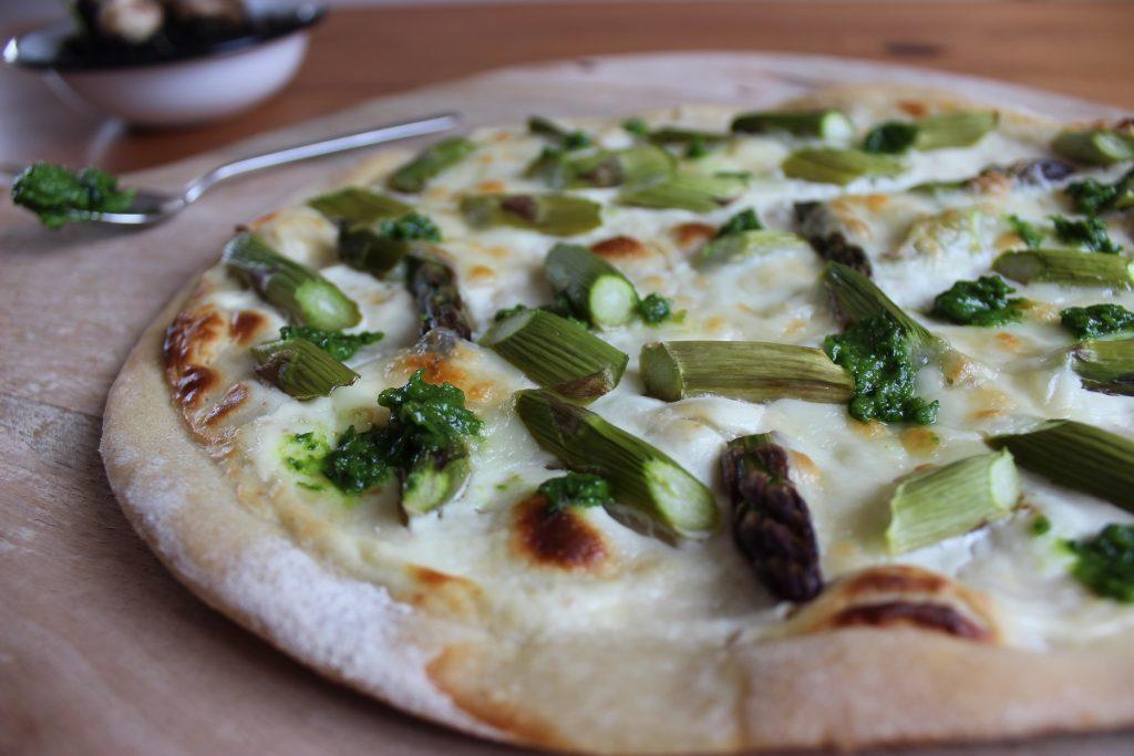 Grüne-Spargel-Pizza mit Mozzarella und Grüne-Spargel-Pizza mit Mozzarella und Bärlauch-Pistazien-Pesto