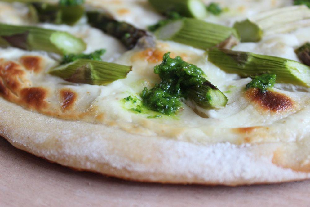 Grüne-Spargel-Pizza mit Mozzarella und Bärlauchpesto