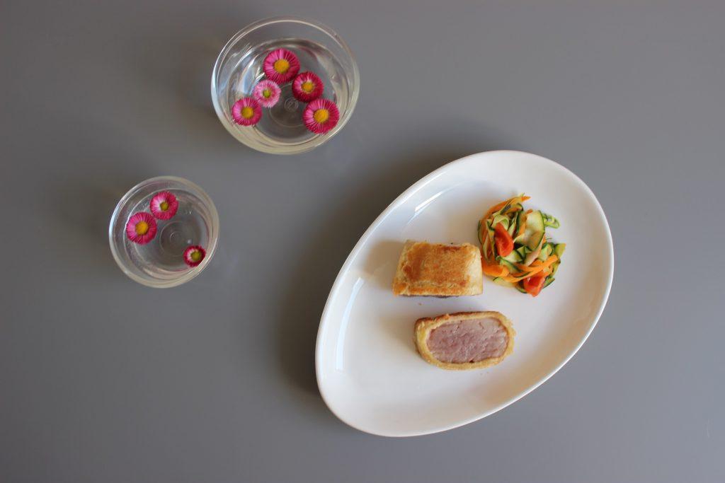 Schweinelende im knusprigen Brotmantel mit Gemüsenudeln