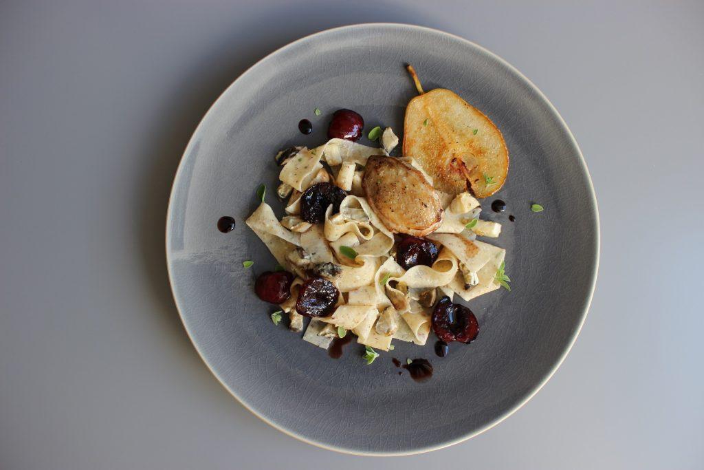 Haselnuss-Tagliatelle mit Steinpilzen, Balsamico-Kirschen und Wachtel