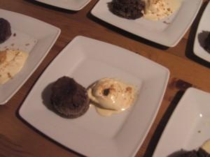 Weißes Kaffeeeis mit Schokoladenküchlein