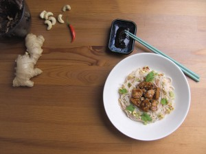 Spicy Reisnudelsalat im Thai-Style mit glasiertem Hühnchen
