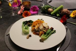 Sous vide gegarte Brust vom Schwarzfederhuhn, Quinoa-Risotto mit Rote Beete, Ananas, Pak Choi und Pilzen mit lauwarmem Salat vom Hokkaido-Kürbis