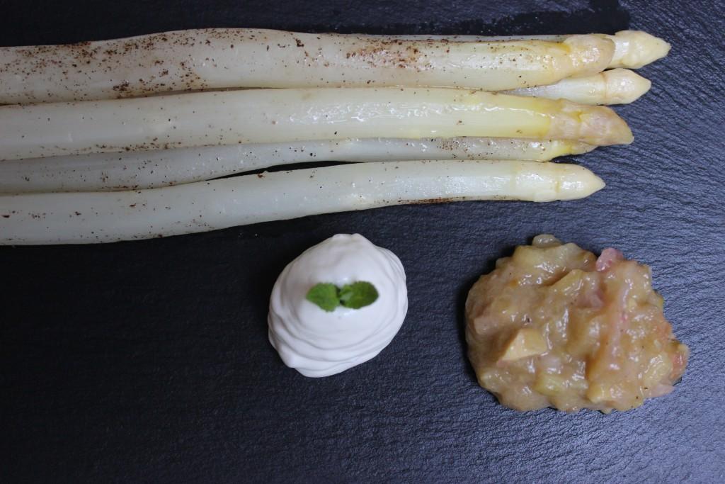 Spargel im Päckchen, Rhabarber-Chutney und Ziegenfrischkäsemousse