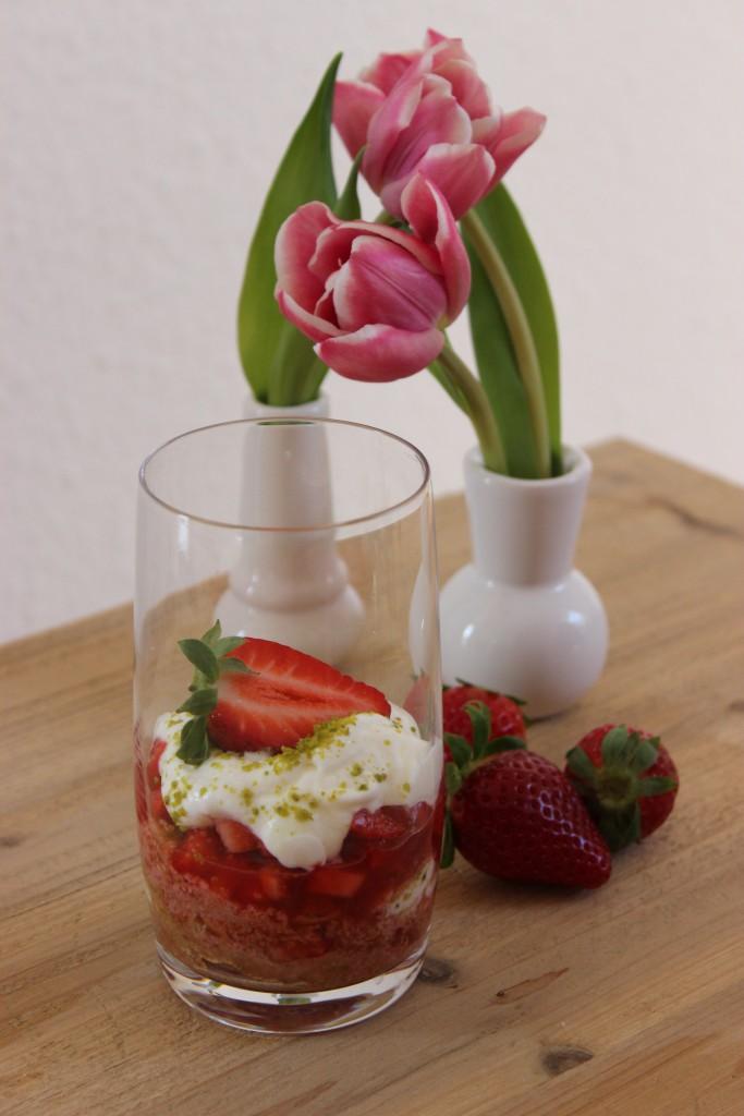 Rhabarber-Vanille-Kompott mit Joghurtmousse - Dessert im Glas