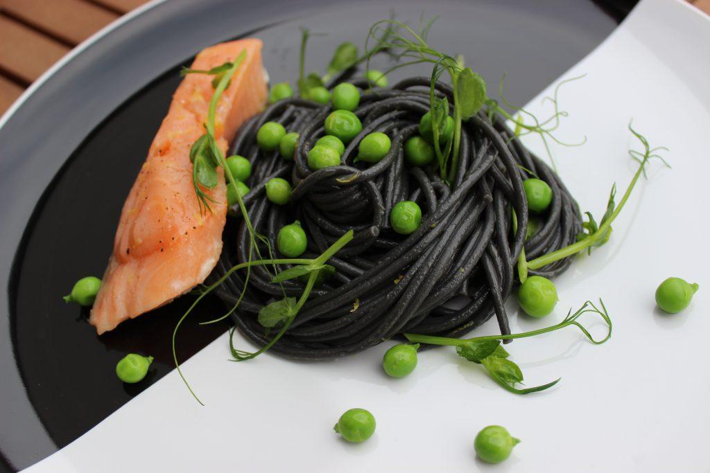 Schwarze Spaghetti mit Erbsensprossen, Niedrigtemperatur-Lachs und frischen Erbsen