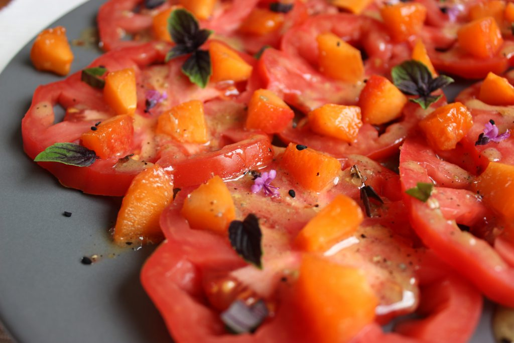 Tomaten-Aprikosensalat mit Schwarzkümmel-Koriander-Dressing
