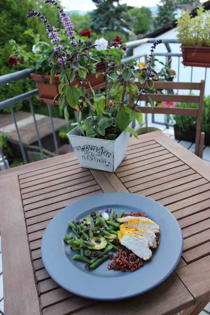 Zitronen-Safran-Hühnchen mit Bohnen-Zucchini-Gemüse und Sonnenblumenkern-Basilikum-Pesto