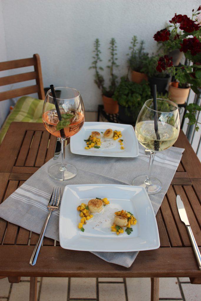Gebratene Jakobsmuscheln mit Mangosalsa und Kokos-Zitronengras-Schaum