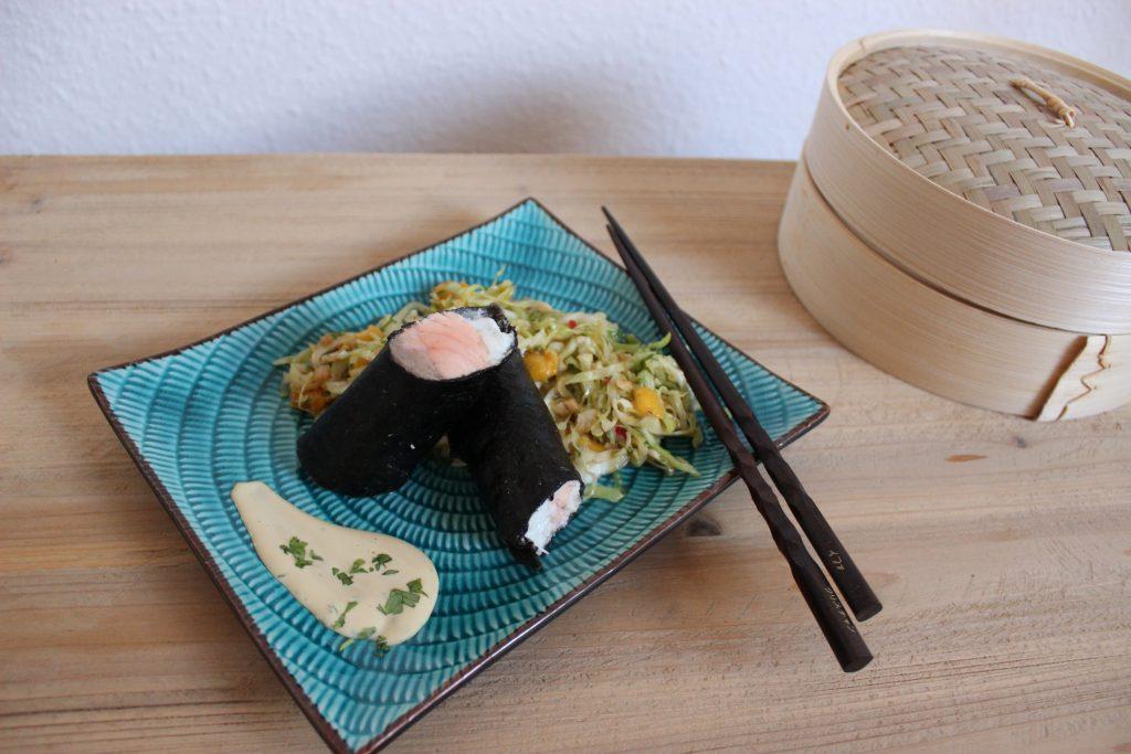 Fischröllchen im Noriblatt, Spitzkohl-Salat mit Mango und Asia-Mayo