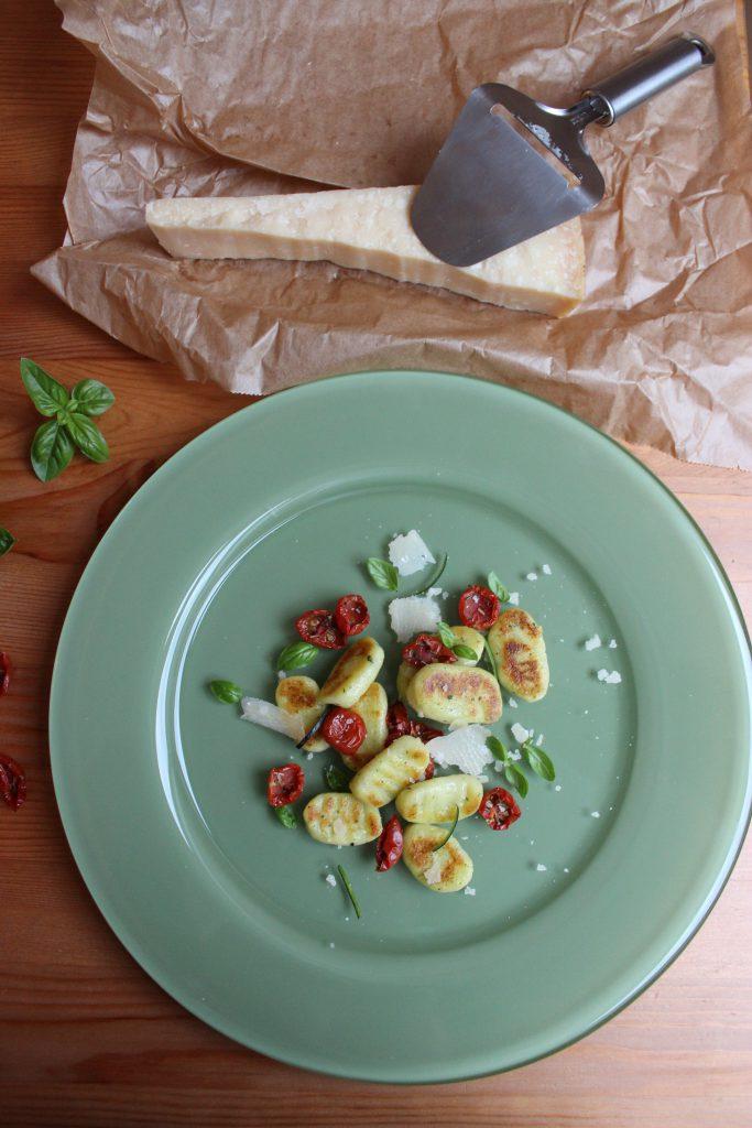 Zucchini-Gnocchi mit halbgetrockneten Tomaten, Basilikum und Parmesan