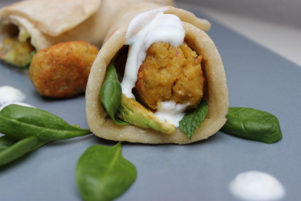 Linsen-Falafel Wraps mit Joghurt-Minz-Sauce und gebratener Avocado - und alles geht schief... - evchen kocht