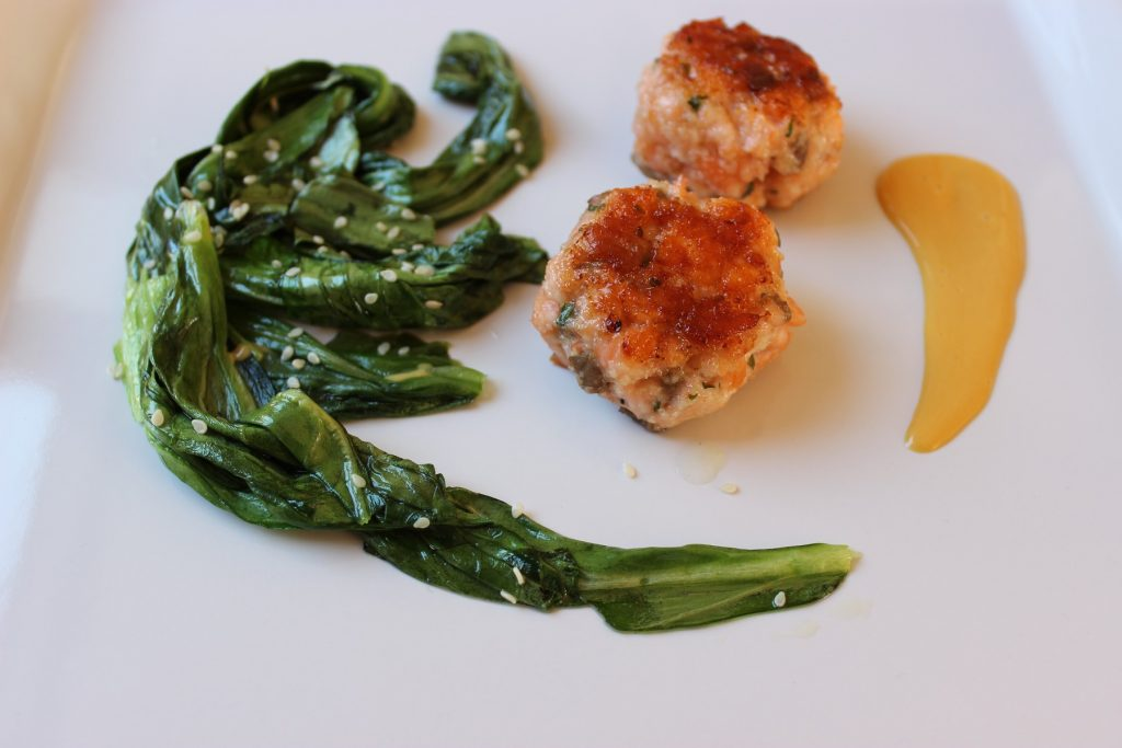 Lachs-Estragon-Frikadelle, Pak-Choi und Sesam-Mayo