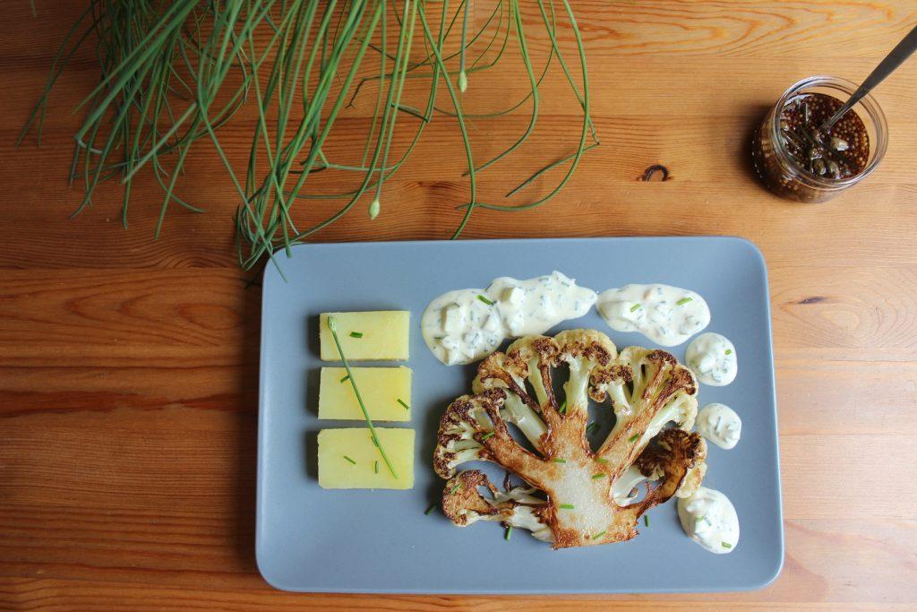 Geröstetes Blumenkohl-Steak mit Schnittlauchblüten-Kapern-Remoulade und Salzkartoffeln