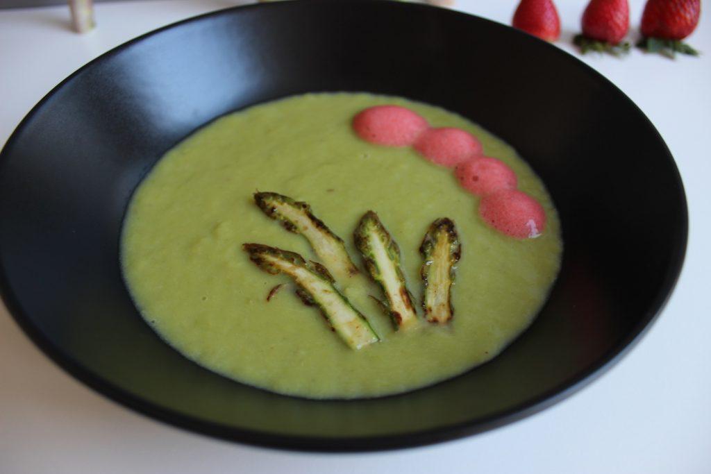 Grüne Spargelcremesuppe mit Erdbeerwölkchen