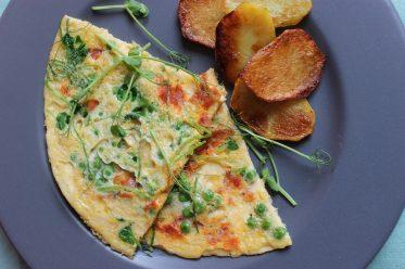 Erbsensprossen-Omelett mit Chorizo und Erbsen und perfekte Bratkartoffeln