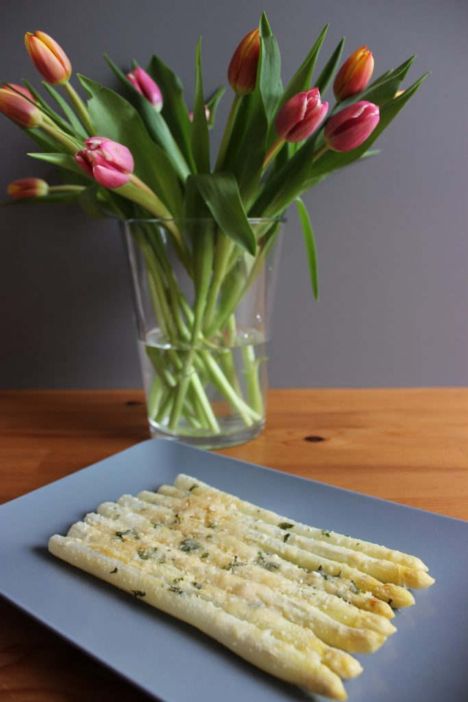 Gratinierter Spargel mit Parmesan und Salbei