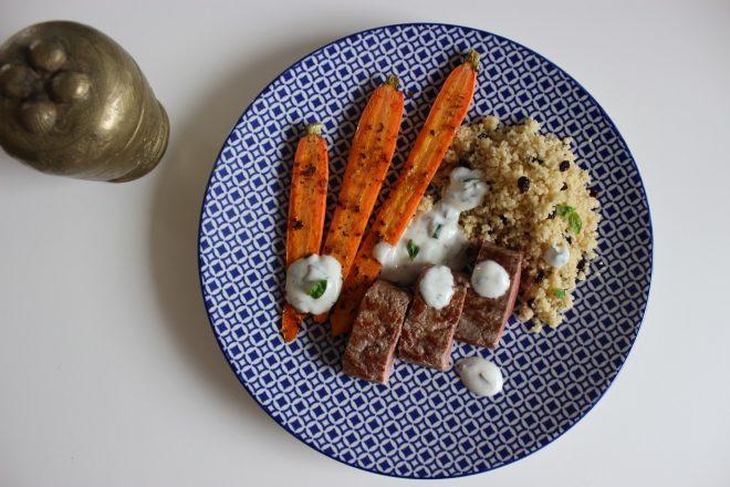Lamm mit Harissa-Möhren, Zitronen-Berberitzen-Couscous und Basilikum-Joghurt