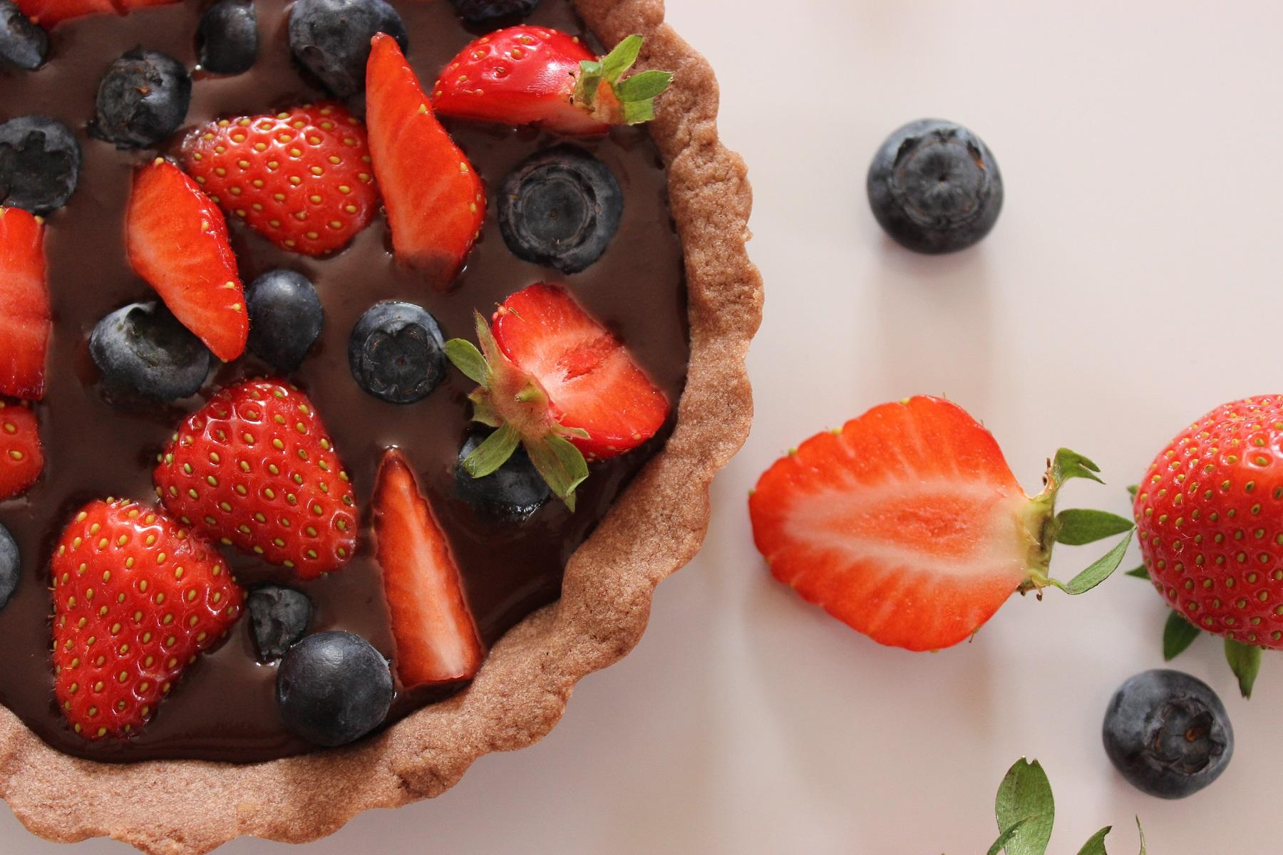 Schokoladen-Tartelettes mit Schokoganache und fruchtigen Beeren