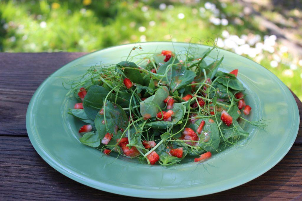 Spinat-Erbsensprossen-Salat mit rosa Erdbeerdressing