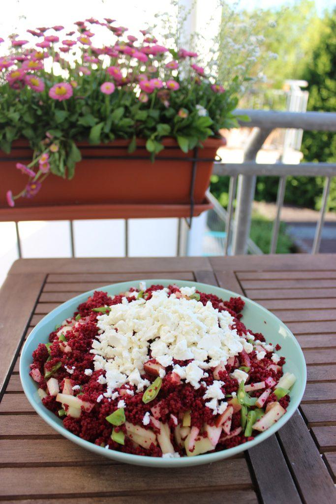 Roter Couscoussalat mit Zuckerschote, Apfel und Feta