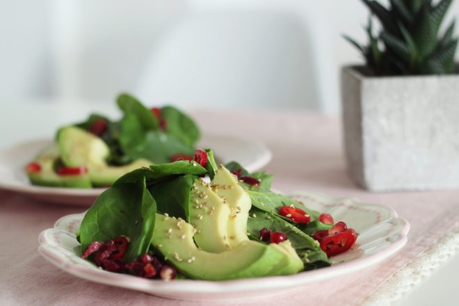 Fruchtiger Sommersalat mit Avocado