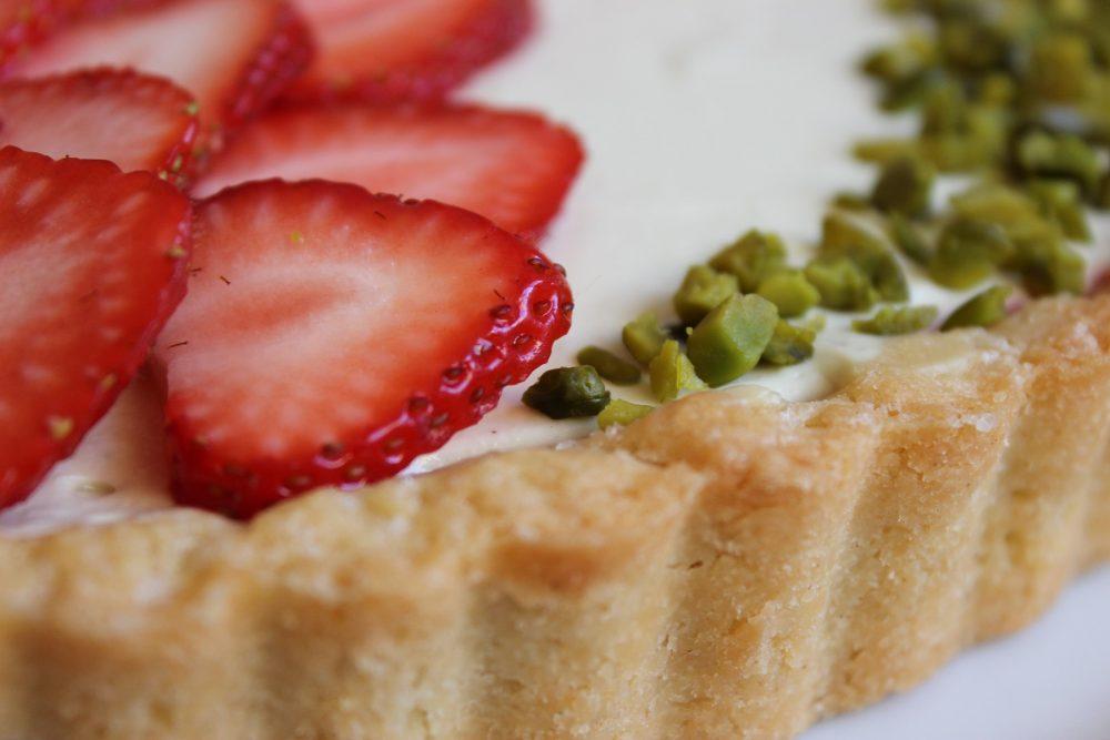 Pistazien-Schmandtorte mit Erdbeeren