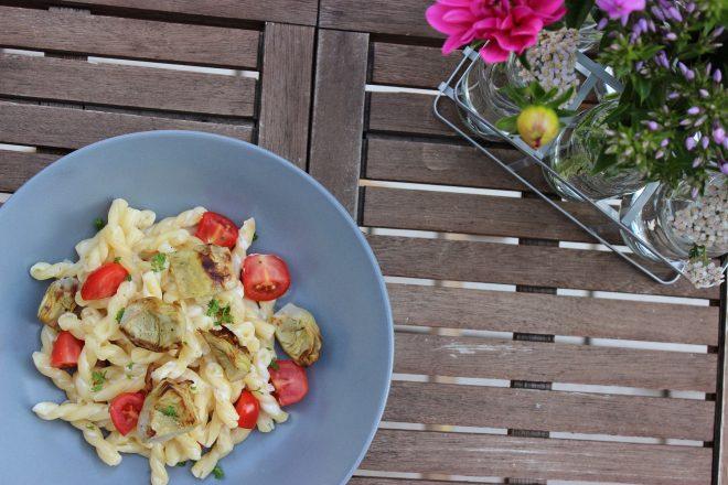Ziegenfrischkäse-Pasta mit frischen Artischöckchen und Tomaten
