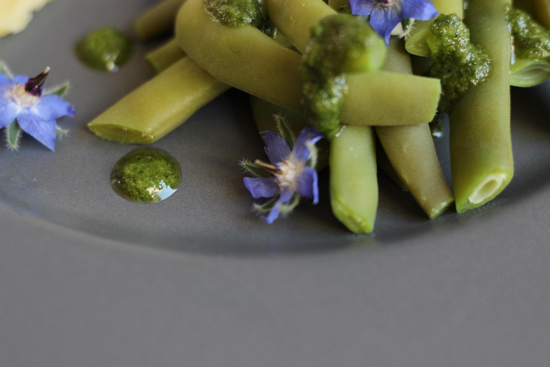 Pochiertes Ei, Buschbohnen mit Borretsch-Pesto und Kartoffelstampf