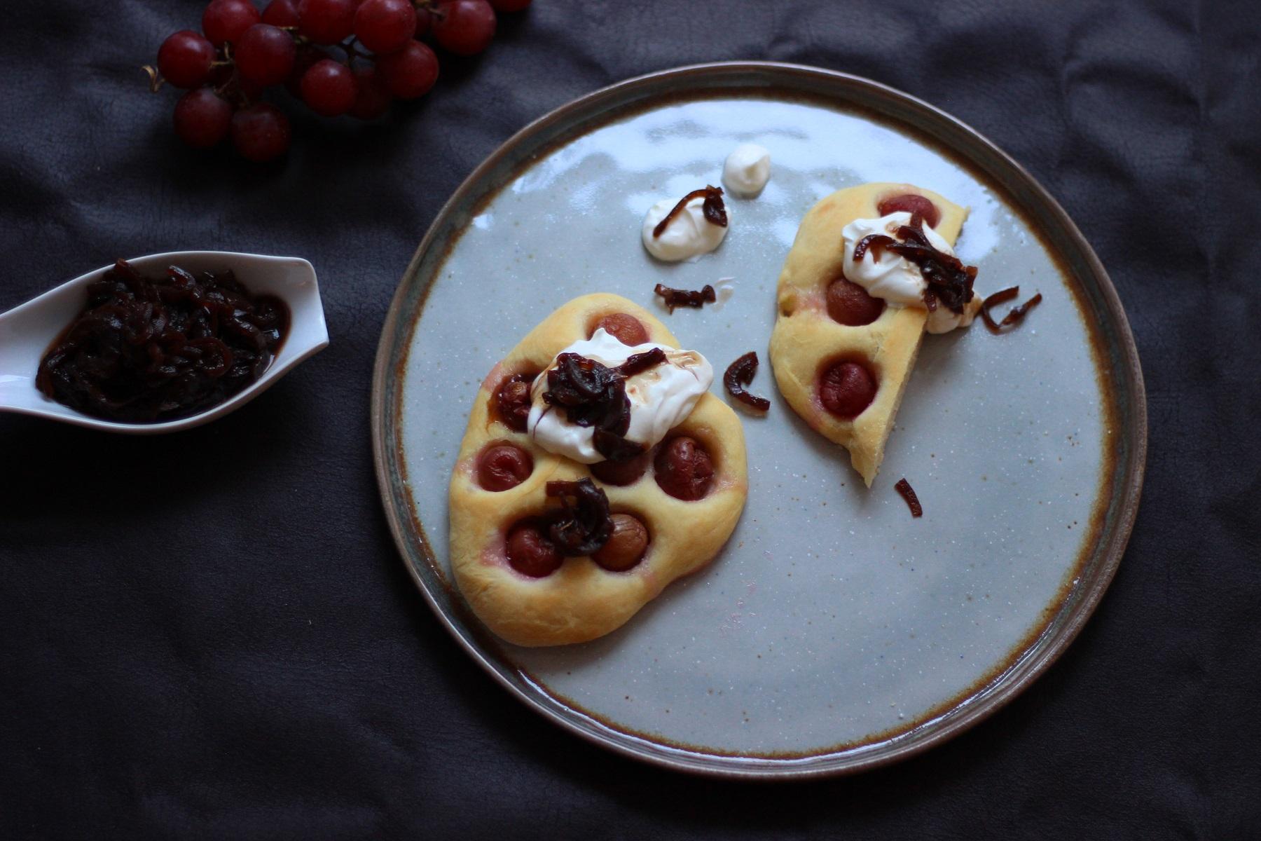 Herzhafte Winzer-Fladen mit Trauben, weißem Käs und rotem Zwiebelconfit