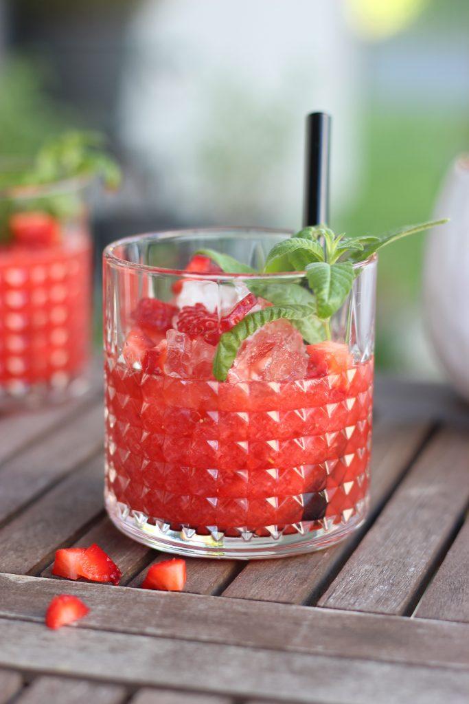 Erdbeer-Rhabarber-Sundowner mit Zitronenverbene und Rhabarbersirup