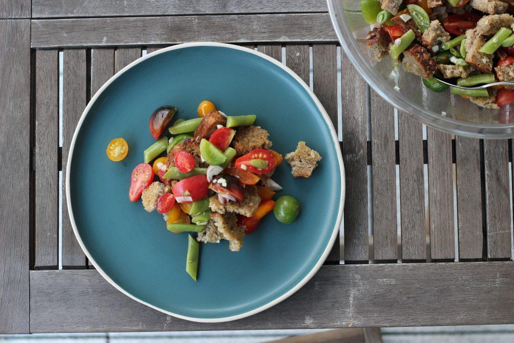 Brotsalat mit Buschbohnen und Tomaten