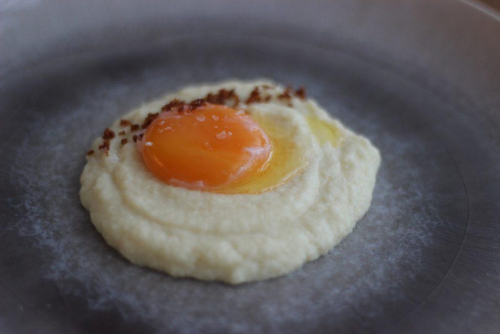 Onsen-Ei mit Selleriecreme und Nussbutter-Crunch