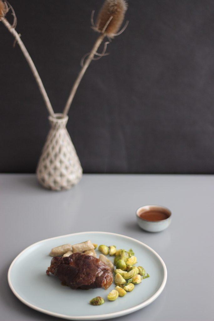 Rouladen mit Maronen-Gnocchi und Ofen-Rosenkohl